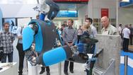 Roboter mit Bohrmaschine auf der Automatica 2016