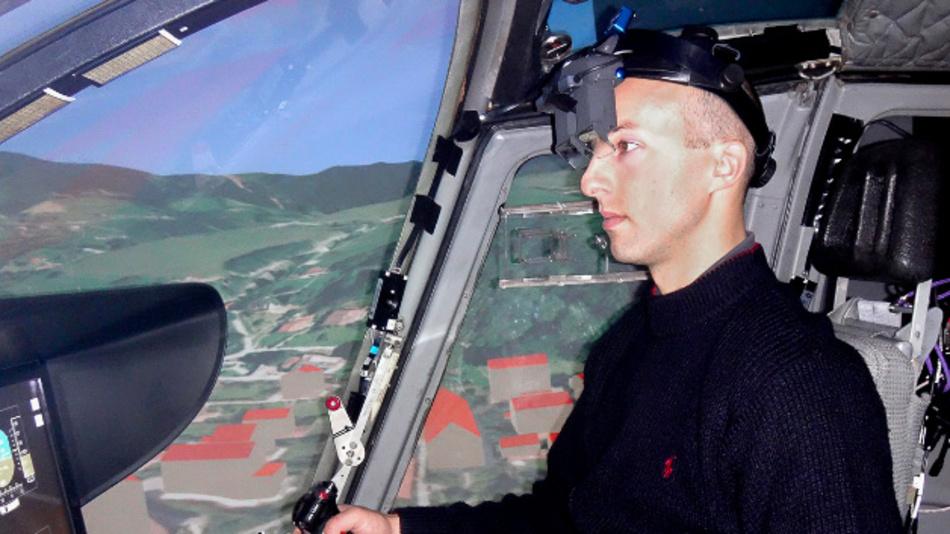 Aaron Barth testet das neue Head-Mounted Display während eines Simulator-Flugs.