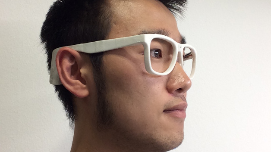 Rui Zhang, Doktorand an der Uni Passau und Mitentwickler der »Ernährungsbrille«, mit dem Prototypen.
