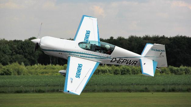 Das Elektroflugzeug Extra 330LE wiegt nur rund 1000 kg.