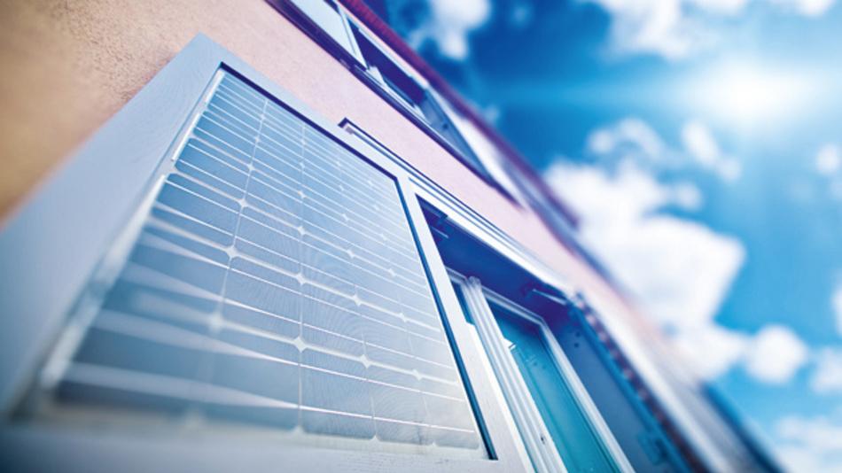 Die monokristallinen Glas-Glas-Module der acht solaren Fensterläden bringen es kumuliert auf eine Leistung von 1160 Watt – und fügen sich mit ihrem Holzrahmen gediegen ins Gesamtbild des Gebäudes ein. Dabei fällt die PV im Inneren der Elemente erst bei genauerem Hinsehen auf. Im Ausgangszustand sind die Fensterläden seitlich neben den Fenstern platziert. Um sie als Sichtschutz oder Verschattungselement zu nutzen, werden sie über eine speziell angefertigte Mechanik vor das Fenster geschwenkt und von innen verriegelt.