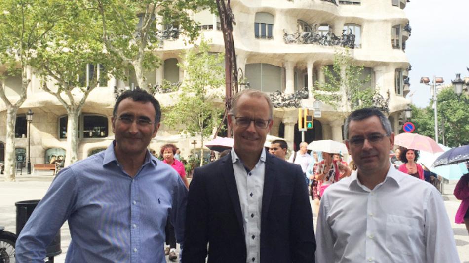 HMS-CEO Staffan Dahlström (Mitte) mit Pedro Lumbreras, Gründer von Intesis (links), und José Cerón, CEO von Intesis (rechts) vor der Casa Milà in Barcelona