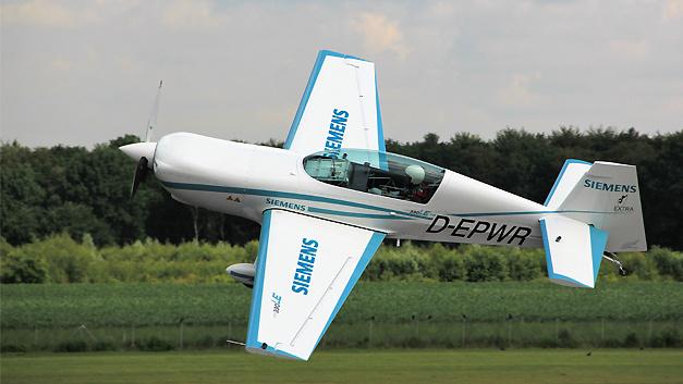 Nahezu lautlos ist am 4. Juli Kunstflugzeug vom Typ 'Extra 330LE' auf dem Flughafen Dinslaken Schwarze Heide abgehoben. Es diente als Erprobungsträger für den neuen Siemens-Motor mit Namen 'SP260D'. Dieser hat bei einer Leistung von 260 KW und einem Gewicht von 50 kg ein Rekord-Leistungsgewicht. Erstmals flog damit ein Flugzeug der Zertifizierungs-Kategorie CS23 mit Permit-to-Fly rein-elektrisch.