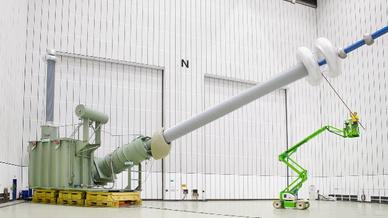 Dieses Bild eines Modells eines anderen 1100-kV-Transformators von Siemens zeigt die gewaltigen Dimensionen. Allein die Ventildurchführungen der neuen 1100-kV-HGÜ-Transformatoren, von denen es noch eine Bilder gibt,  erreichen eine Länge von rund 19