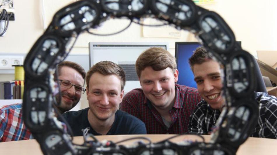 »Ourobot Team« (von links): Die Ingenieurinformatik-Studenten der FH Bielefeld Matthäus Wiltzok, Johann Schröder, Adrian Gucze und Simon Beyer haben Ourobot entwickelt.