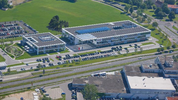 Nach dem ersten Bauabschnitt sind in den neuen Brose Betriebsgebäuden in Bamberg rund 600 Mitarbeiter aus den Zentralfunktionen Einkauf, IT und Vorentwicklung beschäftigt.