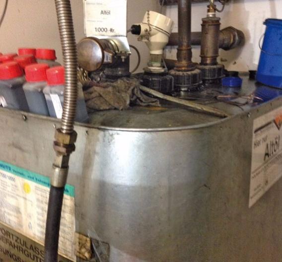 Bild 1: Altöltank in einer Werkstatt