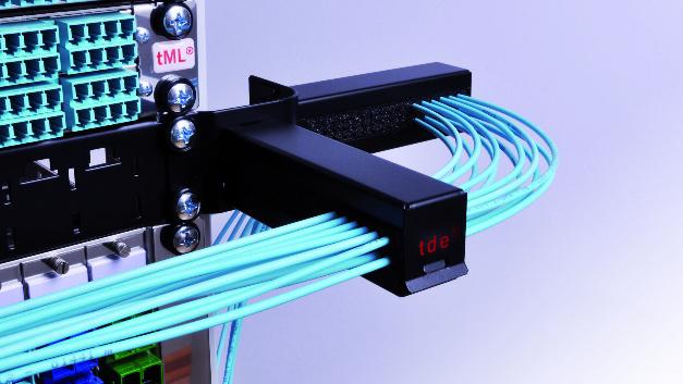 Das tPM-Patchkanel-Management-System von tde trägt zu einer effizienten Lüftung des Serverschrankes bei.