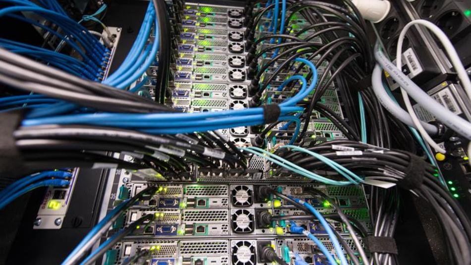 Ein Blick in den Supercomputer NEMO.