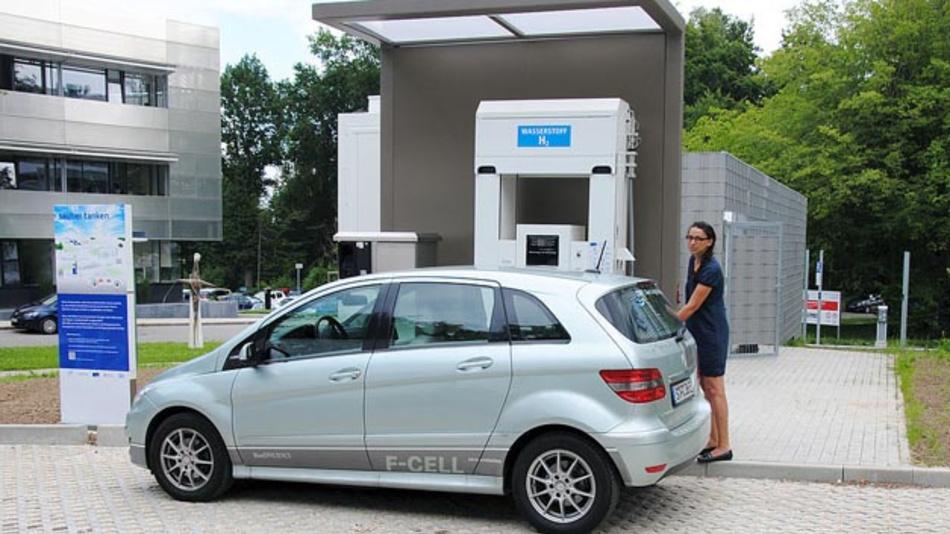 Brennstoffzellen-Fahrzeug tankt an der neueröffneten Wasserstoff-Tankstelle am Zentrum für Sonnenenergie- und Wasserstoff-Forschung Baden-Württemberg in Ulm.