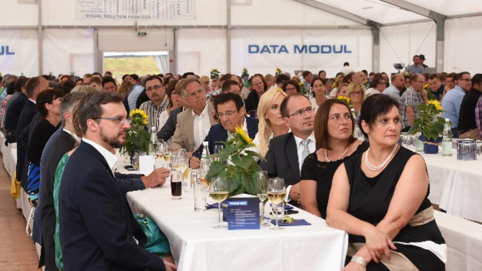 Zum 60-jährigen Jubiläum der Gründung des Fertigungsstandorts Weikersheim ludt Data Modul rund 400 Gäste in das Festzelt ein.