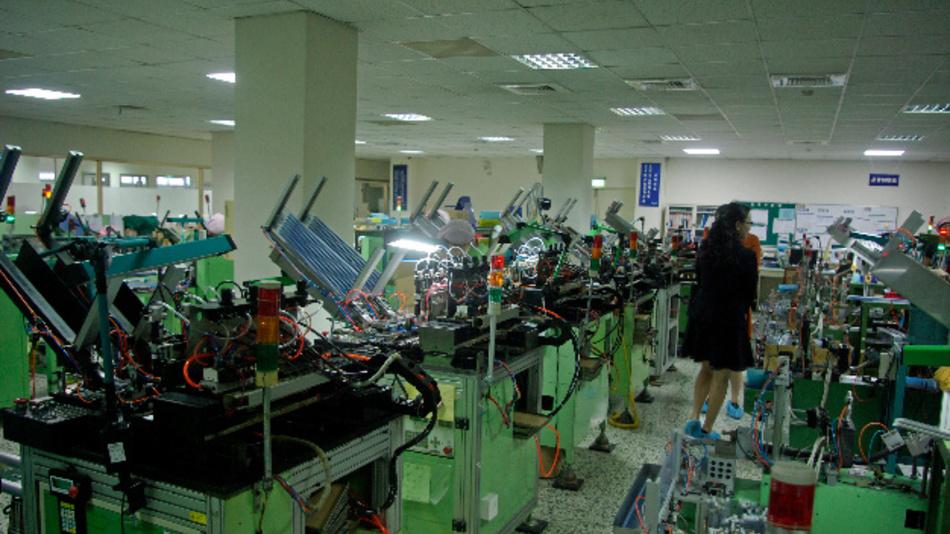 Jeder dieser von ECE in Taichung, Taiwan selbst gebauten Maschinen setzt Einzelteile zu fertigen Steckern, Schaltern oder Relays zusammen.