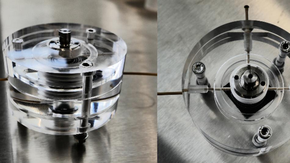 Testaufbau für die Siliziumbatterie: Die Batterie selbst hat nur die Größe einer Knopfzelle und befindet sich im Hohlzylinder in der Mitte des Plexiglasgehäuses. Die dünnen Kanäle durch das Gehäuse dienen der Zu- und Ableitung der Elektrolytflüssigkeit.