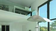 Die zweite Ebene im Wohnquader ist bewusst flach gehalten mit nur 2,40 m Raumhöhe – das steht im schönen Kontrast zum offenen Wohnbereich. Mit einer Glasbrüstung öffnet sich die Galerie mit Büro in den Raum.