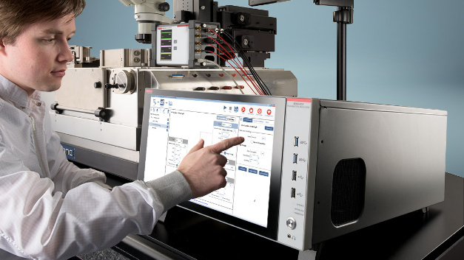 Das große Display des Keithley 4200-SCS kann auch Videos abspielen, um den Anwender bei der Bedienung zu unterstützen.