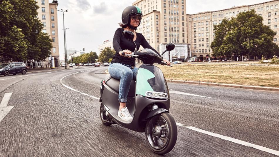 Die Reichweite des eScooters beträgt rund 100 km.