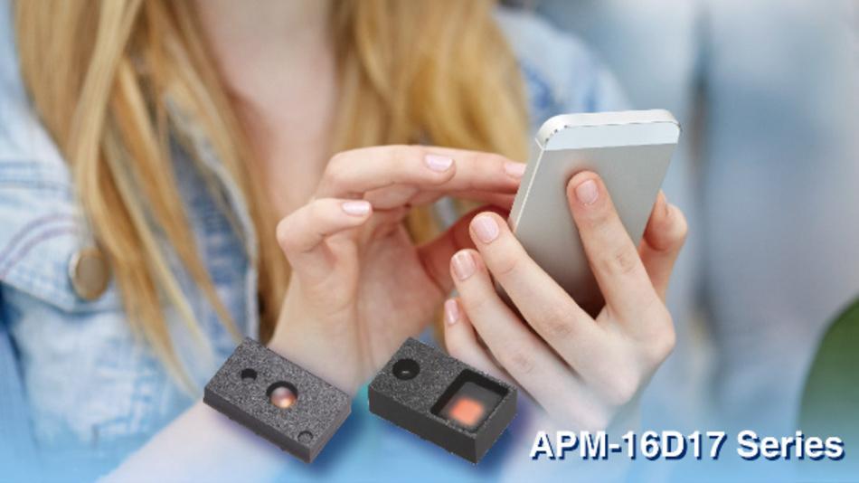 EVERLIGHT stellt mit APM-16D17-05-DF8 und APM-16D17-06-DF8 zwei Sensormodule zur Erkennung der Umgebungshelligkeit und für intelligente Regelsysteme in High-End- und Standard-Smartphones, Tablet-PCs, smarten Wohnleuchten und elektronischen Informationsdisplays vor. Es handelt sich um 3-in-1 Sensormodule mit Digitalausgang, die einen Umgebungslicht-, einen Näherungs- und einen eigebetteten Infrarot-Emitter (zur aktiven Bestimmung der Entfernung) kombinieren. Beide Serien verfügen über eine I²C-Schnittstelle und können bei einer niedrigen Versorgungsspannung von nur 1,8 V betrieben werden. Beide APMs verfügen außerdem über eine Interrupt-Funktion mit frei programmierbaren Schwellwerten und Integrationszeiten, für smartes Ein-/Abschalten des Bildschirms. Hierdurch lösen diese Komponenten die drängendste Anforderung bei elektronischen Geräten – den Strombedarf.