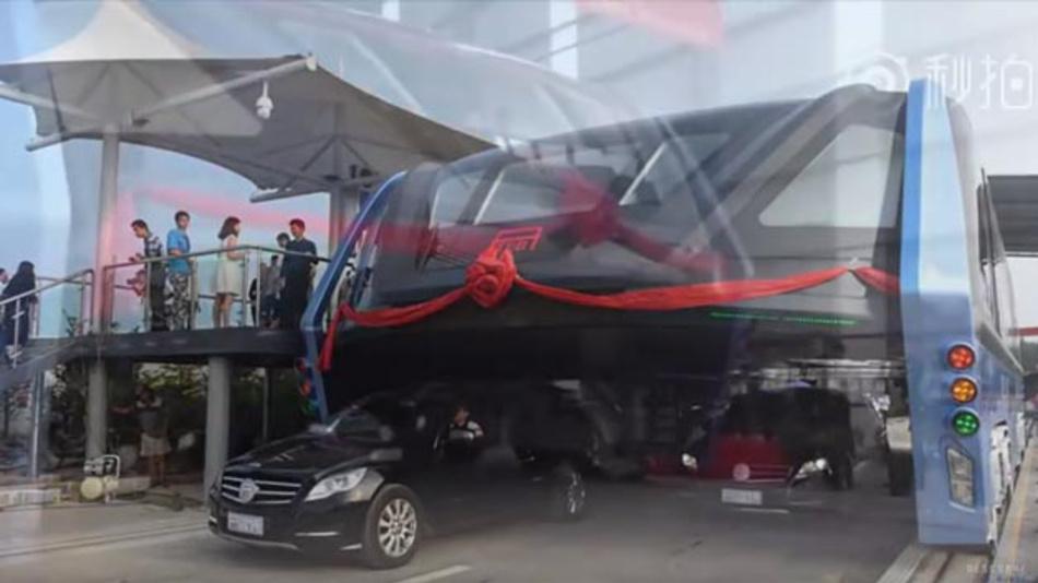 In China rollte erstmals ein gigantischer Bus über die Straße, der nicht im Stau stecken bleibt. Er lässt ihn einfach unter sich.