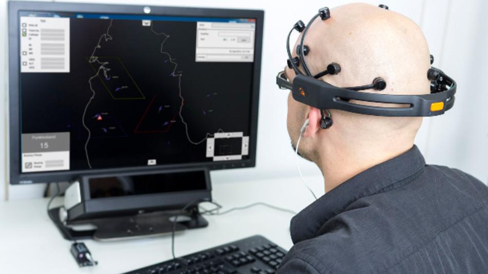 Die Software des Fraunhofer FKIE erkennt, wie leistungsfähig der Mensch ist und gibt die Information an den Computer weiter.