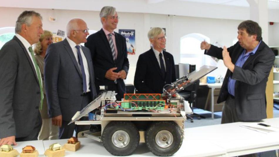 Dr. Arno Ruckelshausen (rechts) führte die zahlreichen Gäste aus Regional-, Landes- und Bundespolitik während der Veranstaltung durch die Laborräume auf dem Campus Westerberg.