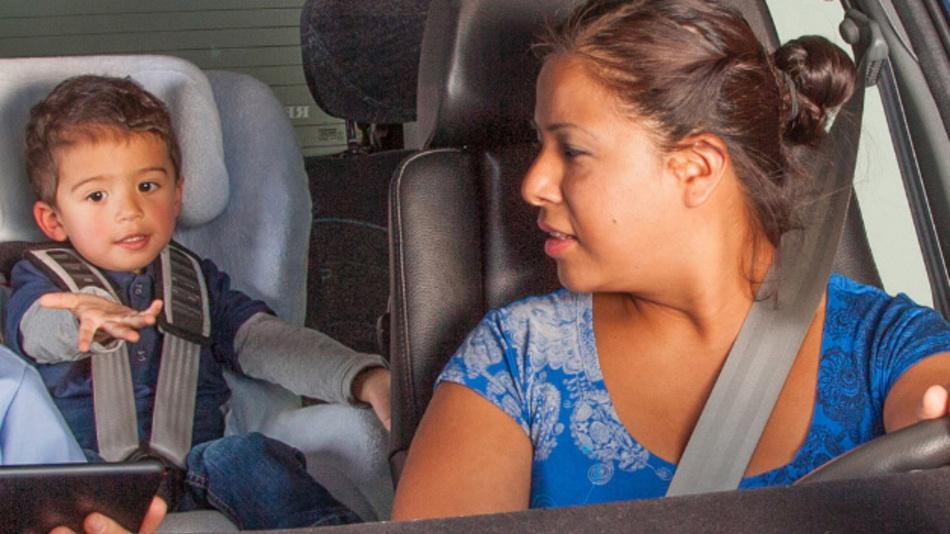 Assistenzsysteme sollen künftig erkennen, womit sich die Insassen im Auto beschäftigen.