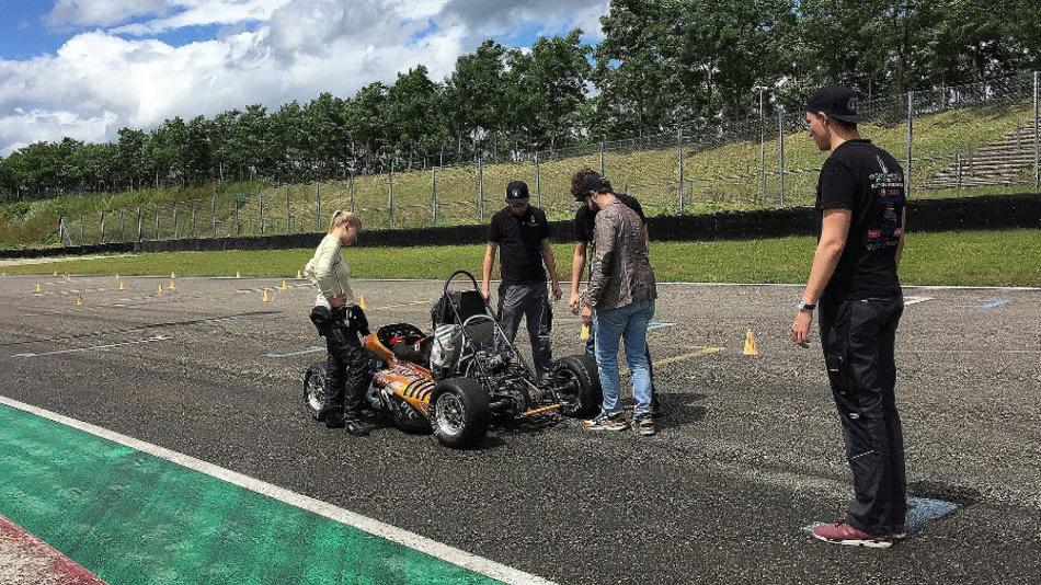 Das Team der Rennschmiede Pforzheim testet seinen Rennwagen.