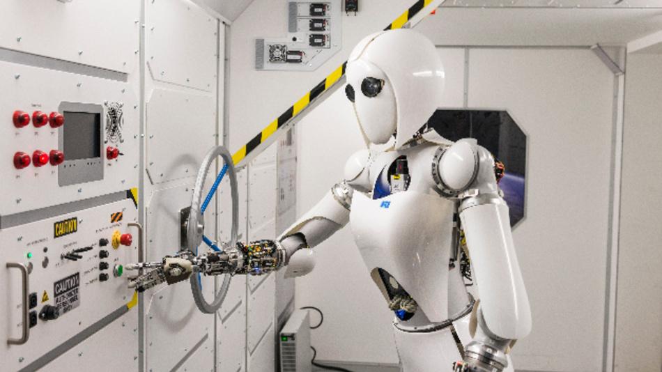 Die Roboterdame AILA führt eine autonome Manipulationsaufgabe in einem Nachbau der ISS durch.