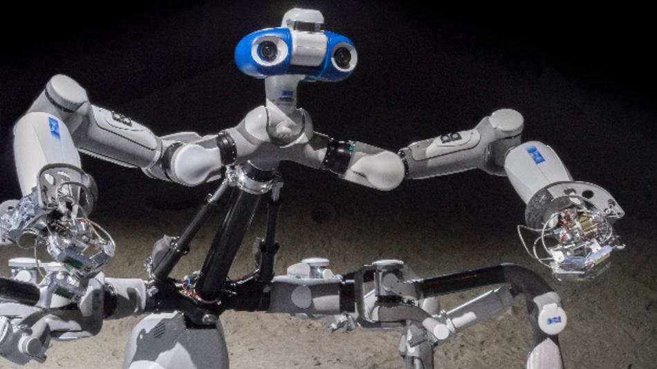 In einer aufrecht stehenden Haltung nutzt der Laufroboter Mantis die Fähigkeiten zur zwei-arm Manipulation.