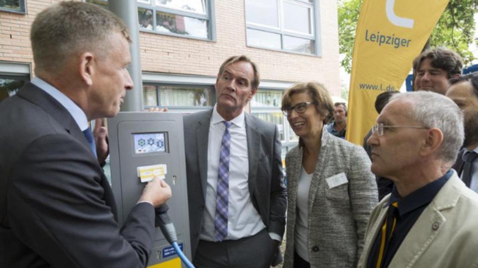 Am 12. August wurden die »Laternengaragen« eingweiht. V.r.n.l.: Prof. Andreas Pretschner (Projektleiter, HTWK Leipzig), Prof. Gesine Grande (Rektorin, HTWK Leipzig), OBM Burkhard Jung, Dr. Norbert Menke (Leipziger Gruppe).