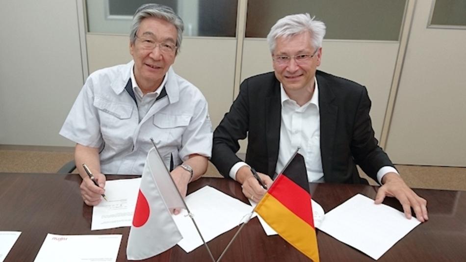 Shinji Tsuda, President & Representative Director von Hokuriku und Axel Tripkewitz, Managing Director von Fujitsu Electronics Europe