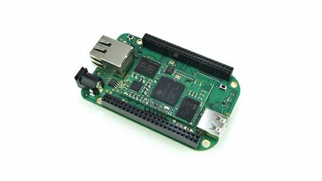Das Entwicklungskit besteht aus einem auf einer Trägerplatine aufgelöteten Prozessormodul.