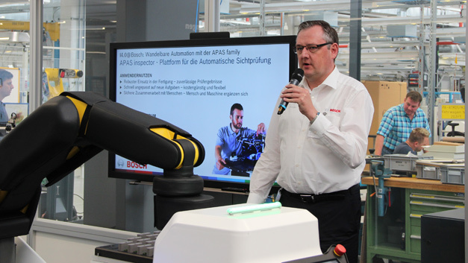 Im Vorfeld der Vision 2016 gestattete Bosch der Fachpresse einen Blick hinter die Kulissen: Der Senior Manager der APAS-Familie Wolfgang Pomrehn stellt den APAS-Inspector im Bosch-Showroom vor.