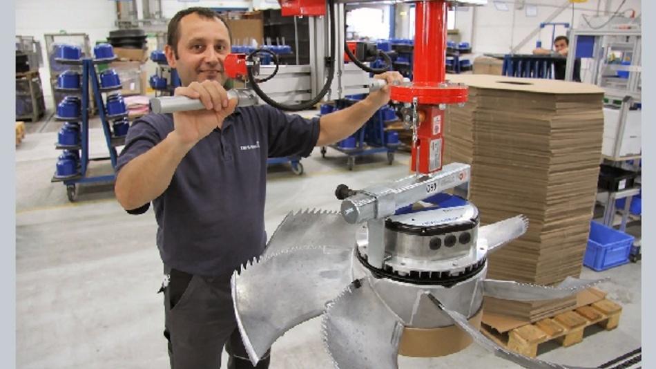 Andrej Gaplahatov verpackt bei Ziehl-Abegg einen energiesparenden EC-Ventilator im Werk an der Würzburger Straße in Künzelsau