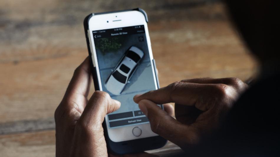 Ein Blick aufs Smartphone genügt, um sich in Echtzeit Bilder vom geparkten Fahrzeug anschauen zu können.