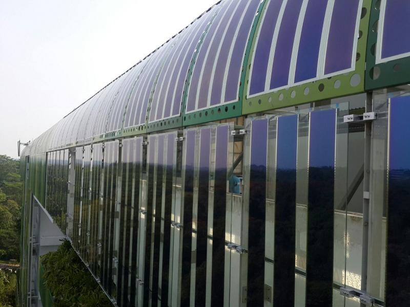 Phase zwei des großen Pilotprojekts: Am Clean Tech I Gebäude sind nun 45 Solarfilme mit jeweils 3,25 Metern länge installiert. Sie wurden dafür auf Glaselemente, insgesamt 25, laminiert.