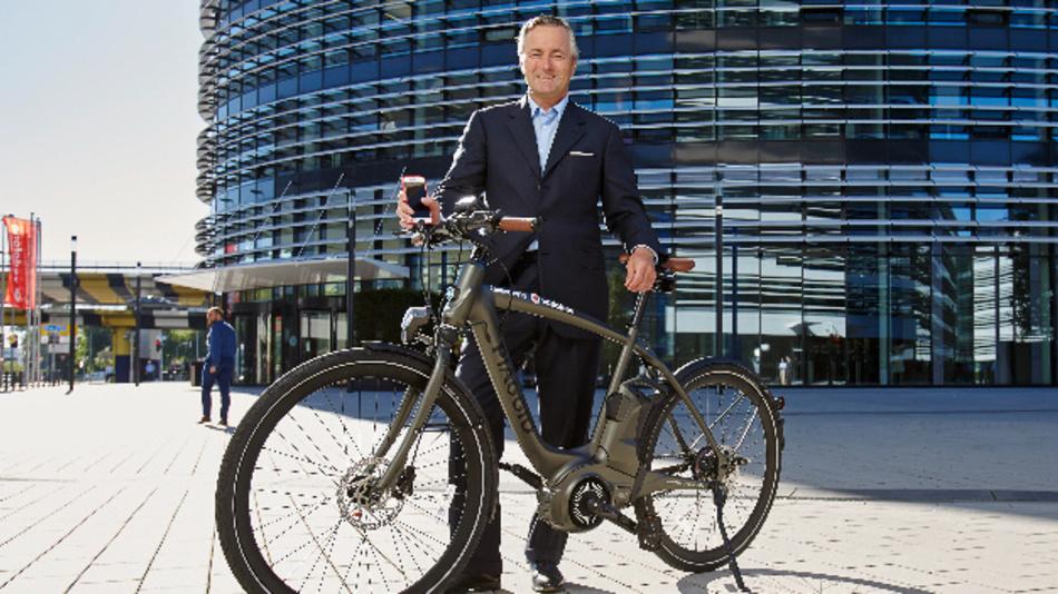 Vodafone Deutschland CEO Hannes Ametsreiter mit vernetztem Piaggio Rad.