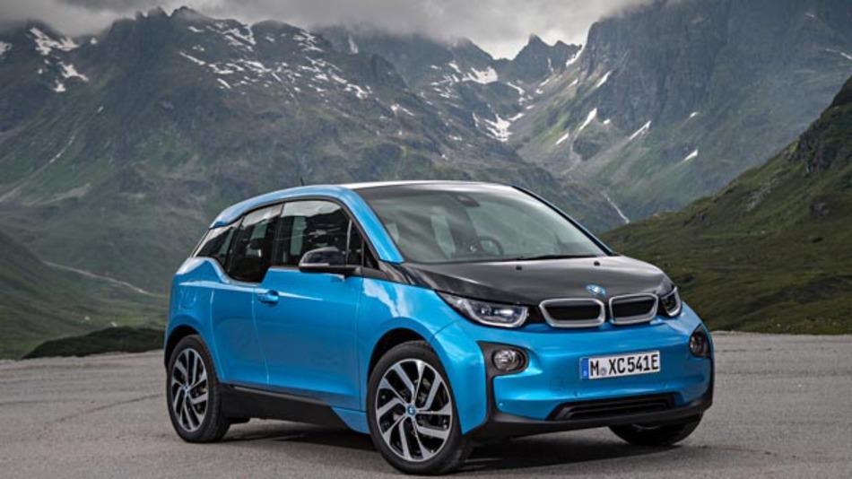 Ebenfalls im Gepäck hat BMW den neuen i3, der mit seiner 94-Ah-Batterie eine um über 50 Prozent höhere Reichweite hat. Diese soll Herstellenangaben zufolge 300 km betragen.