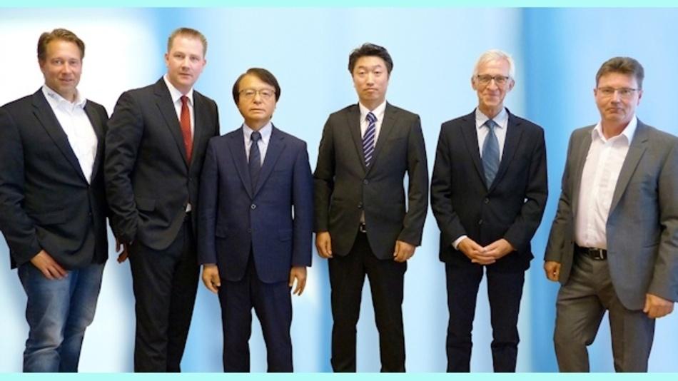 Falko Ladiges (links) und Thorsten Broda (rechts) beide vom Produktmarketing PEMCO WDI AG, umrahmen Christian Dunger (2. v.l.) Vorstandsvorsitzender der WDI AG und die japanischen Gäste Susumu Präsident Yuzo Kamimura (3. v.l.), Atsushi Omoto (Geschäftsführer/COO Susumu Deutschland GmbH, 4. v.l.) und Dirk Sachau (Senior Sales Manager Susumu Deutschland GmbH, 2. v.r.)