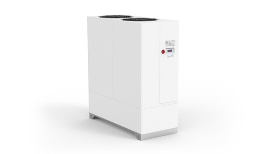 Pfannenberg hat das Portfolio an Prozesskühlungslösungen um die Rückkühlanlagen der Serien EB 2.0 und EB XT erweitert. Die Serie 2.0 mit Kühlleistungen von 3,2 bis 16 kW ist eine Weiterentwicklung der bestehenden 'EB'-Reihe, die Serie 'XT' mit Kühlleistungen von 36 bis 150 kW ist eine komplette Neuentwicklung, die es in neun Gerätevarianten und drei Baugrößen gibt. Der Einsatz von Microchannel-Wärmetauschern als Verflüssiger führt Herstellerangaben zufolge zu einer besonders effizienten, kompakten und korrosionsbeständigen Lösung bei der 'XT'-Serie. Der Verflüssiger benötigt 50 % weniger Einbauraum als vergleichbare Röhren- oder Lamellen-Kondensatoren, er kommt mit etwa der Hälfte an Kühlflüssigkeit aus und ist um circa 60% leichter. Ein elektronisch gesteuertes Expansionsventil ermöglicht eine präzise Druck-Regelung in den Grenzleistungsbereichen sowie eine höhere Effizienz aufgrund optimierter Verdampfungseigenschaften. Die Nutzung elektronisch kommutierter Motoren (EC-Motoren) und drehzahlgeregelter Lüfter senken den Energieverbrauch der XT-Rückkühlanlagen. Der verwendete Scroll-Verdichter reduziert zudem den Energieverbrauch gegenüber vergleichbaren Kolbenverdichtern und verringert gleichzeitig den Schalldruckpegel. Über eine frontseitige digitale Anzeige lassen sich Temperatur, Druck, Füllstand und Statuswerte überwachen und regeln. Die Ausgabe von Informationen erfolgt über eine Klartextausgabe am Controller. Anwender können Software-Updates via USB oder Internet durchführen. Die Rückkühlanlagen sind in der Lage, über alle gängigen Feldbus-Protokolle zu kommunizieren.