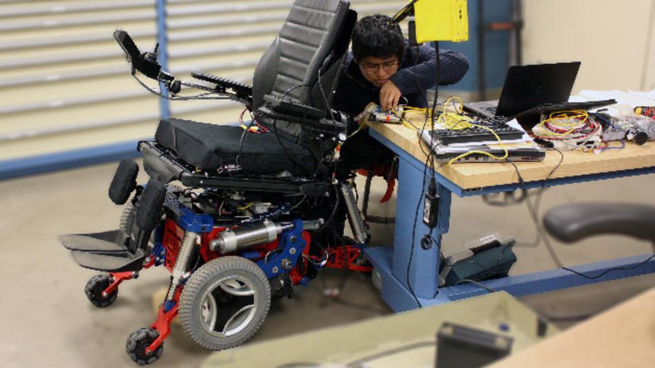 Mit seinen drei Radeinheiten ist es dem Rollstuhlroboter MeBot erstmals möglich, Treppen und Bordsteine zu überwinden.