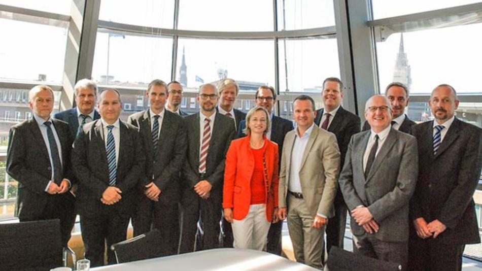 Dr. Carsten Intra, Vorstand Produktion & Logistik sowie Forschung & Entwicklung bei MAN Truck & Bus (4. v. r.), Henrik Falk, Vorstandsvorsitzender Hamburger Hochbahn (6. v. r.), und Thoralf Müller, Geschäftsführer Verkehrsbetriebe Hamburg-Holstein (6. v. l.), unterzeichneten die Kooperationsvereinbarung.