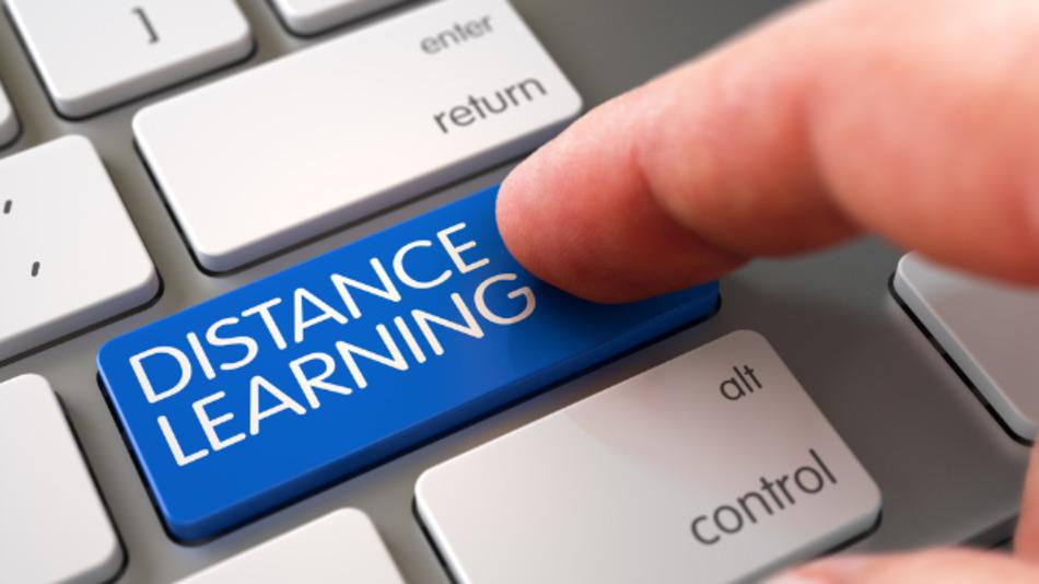 Ein Fernstudium bietet die Möglichkeit, sich weiterzubilden, ohne die Arbeitsstelle dafür aufgeben zu müssen.