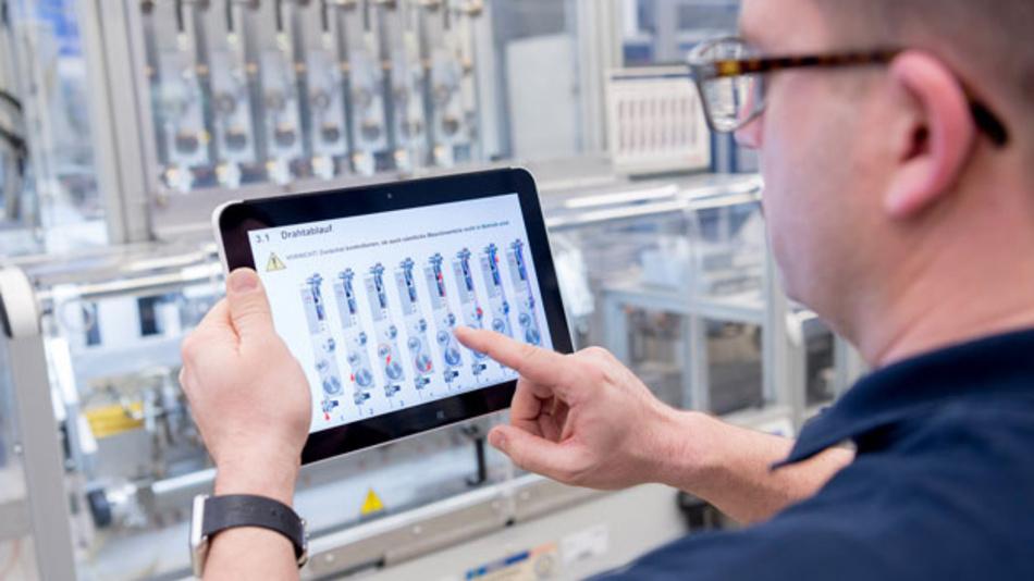Vernetzte Produktion: Maschinendaten auf dem Tablet erleichtern dem Maschinenführer Wartungs- und Reperaturarbeiten. Damit das Modell stärkere Verbreitung findet, hat Bosch eine eigene Maschinensprache (PPMP) entwickelt.