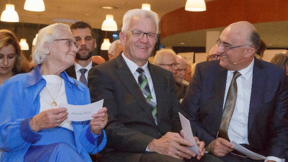 Zum 70jährigen Jubiläum gratulierte unter anderem der baden-württembergische Ministerpräsident Winfried Kretschmann (Mitte). Daneben sitzen Gisela Sick (links) und der Vorstandsvorsitzende Dr. Robert Bauer (rechts).