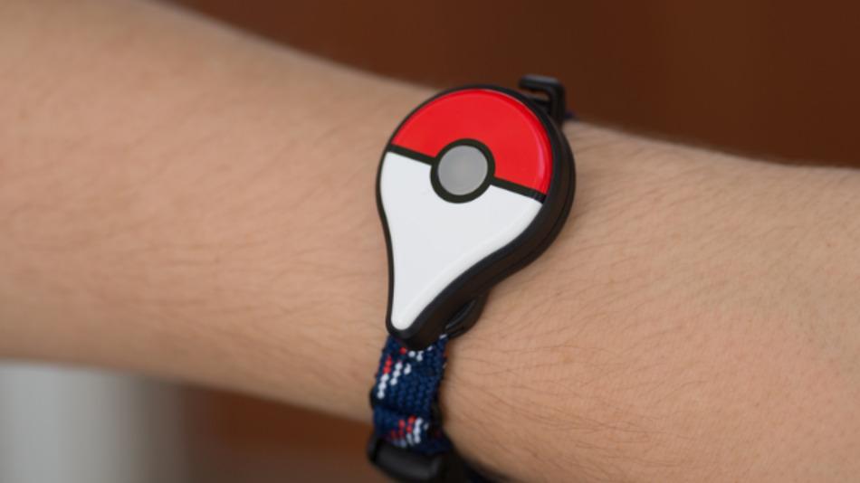 Das Armband wird über Bluetooth mit dem Smartphone verbunden und blinkt, sobald ein Pokémon in der Nähe ist.