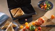 """Bräunt gleichmäßig und fast locker zwei XXL-Toastbrotscheiben - auch mit dreifachem Belag: der neue """"LONO Sandwich Toaster"""" von WMF"""