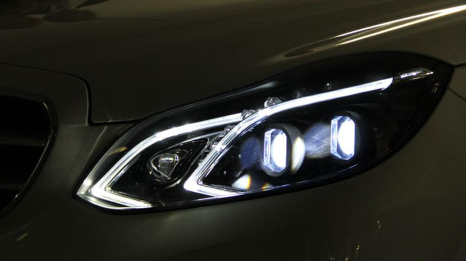 Der Prototyp des ersten Pixel-LED-Frontscheinwerfers mit über dreitausend Lichtpunkten wurde von Osram, Infineon, den Fraunhofer Instituten IZM und IFA und Hella entwickelt. Den Finalen Schritt, die Integration ins Automobil, hat Daimler übernommen.