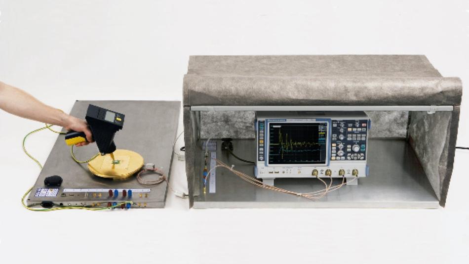 Bild 1. Mit dem Messplatz MP ESD generator calibration set wird die Kurvenform des Entladungsstromes eines ESD-Generators gemessen.