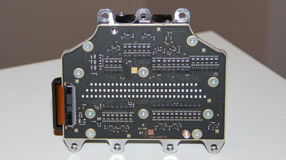 Bild 2. Dieses etwa handgroße LED-Modul ist aktuell das Maß der Dinge für Matrix-Frontscheinwerfer. In der Mitte sind drei Reihen mit insgesamt 84 LED-Lichtpunkten zu sehen. Die Ansteuerelektronik ist ober- und unterhalb angeordnet.