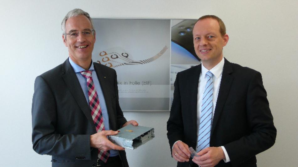 Thomas Völcker (links) und Michael Spörl von Schreiner ProTech mit Funktionsetiketten ihres Unternehmens